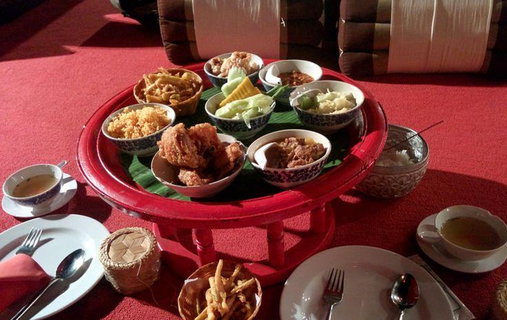 Vaste Food Repas Khantoke en Thaïlande - Vaste Food