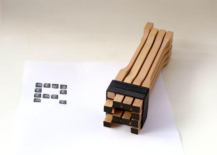 MATRIX nasce dalla reinterpretazione di una delle espressioni storiche delle arti pastorali della Murgia materana: il timbro del pane. Matrix ti permette di costruire la lettera  che desideri seguendo l'alfabeto sul retro o di inventare liberamente un tuo simbolo. Usa l'astuccio per aiutarti nella costruzione. Puoi utilizzarlo anche con un tampone d'inchiostro.