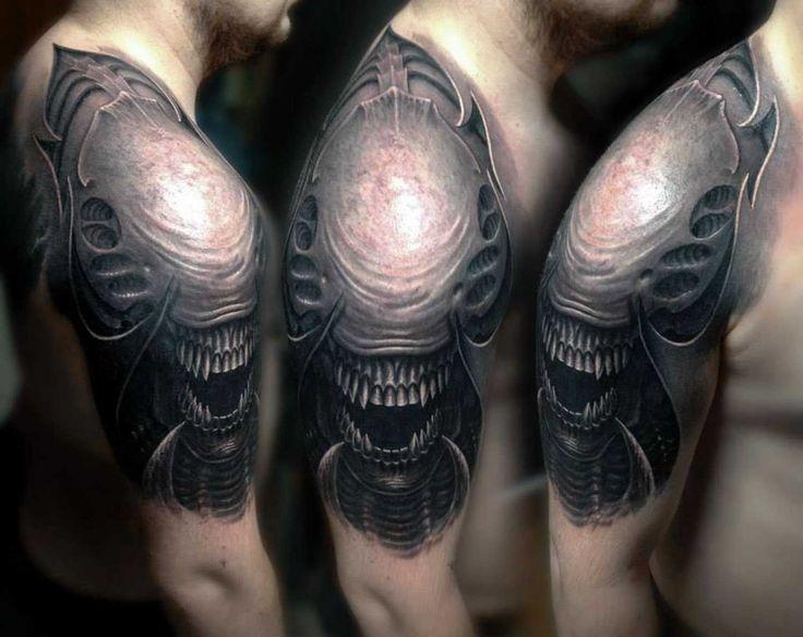 Motive für Männer - Alien Tattoo am Oberarm
