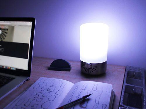 Yonos Smart Lamp est une lampe multifonction qui pourrait s'avérer pratique au quotidien. En plus de fournir de la lumière, elle fait également office d'enceinte Bluetooth et de chargeur USB. Le tout pouvant être contrôlé à partir d'une application mobile