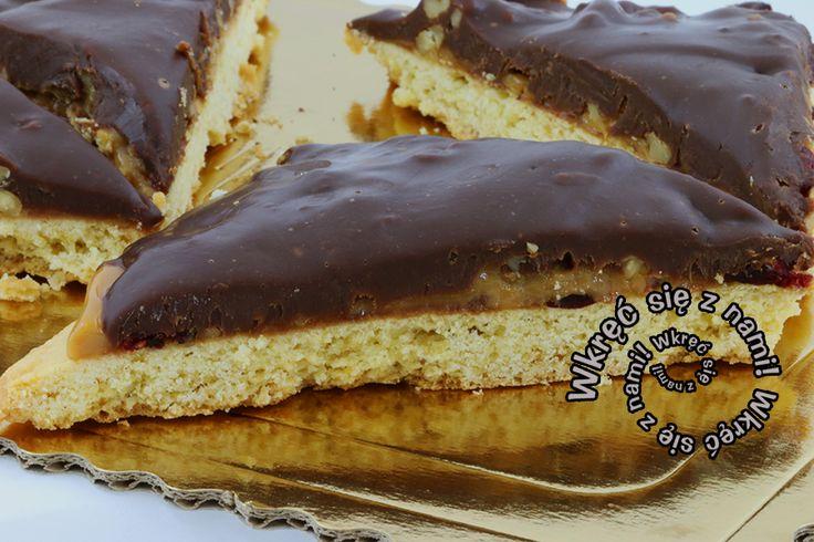 Ciasto kruche pokryte masą kajmakową, z dodatkiem żurawiny i orzechów włoskich. Wszystko polane ciemną czekoladą. To właśnie jest ciastko milionera!  #Ciastomilionera #Kajmak #Ciasta ##CafeGóraLodowa #GóraLodowa #Ustka #Słupsk