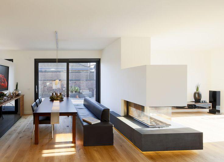 불꽃으로 나누는 공간-입체형 벽난로 아이디어_모던스타일 다이닝 룸 by Ferreira   Verfürth und Partner Architekten mbB