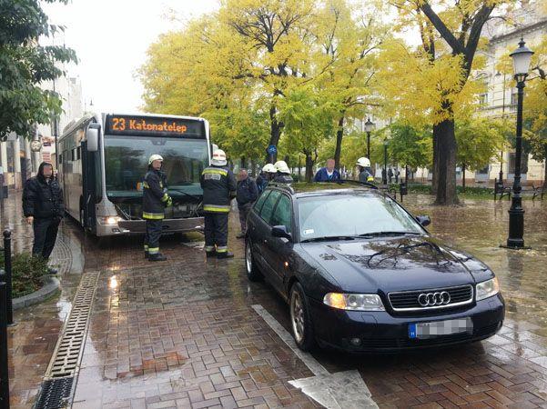 Kicsit összetört egy Mercedes hibrid busz Kecskeméten | baon.hu | Kék hírek, bulvár | Bács-Kiskun megyei hírek