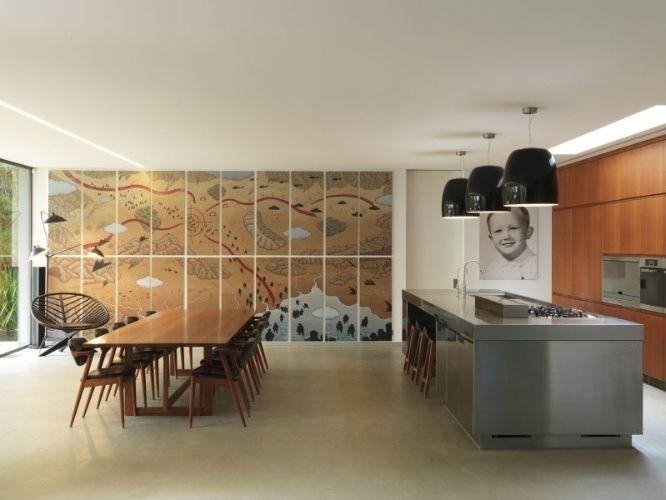 A atriz Cate Blanchett  e o marido, o diretor Andrew Upton, colocaram sua casa à venda. Conhecida como Bulwarra, a mansão de arenito fica no subúrbio de Hunters Hill, em Sidney, Austrália. Construída em 1877, a morada foi reformada pelos escritórios Alwill Design e Lesiuk Architects. Os ambientes amplos e arejados se baseiam em uma paleta com base terrosa e cinza