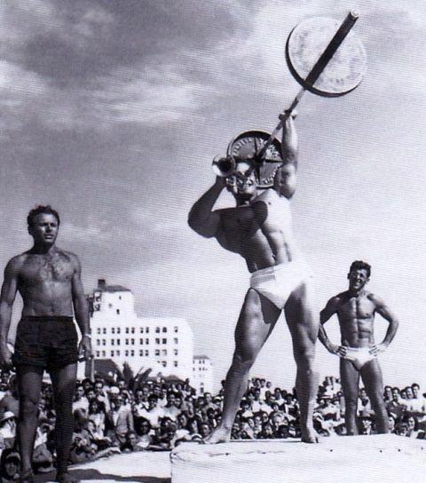 George Eiferman, propagátor bodybuildingu, pri jednom zo svojich vystúpení na Muscle Beach.