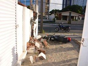 Motociclista perde controle e colide contra muro em João Pessoa Homem aparentava sinais de embriaguez, o que pode ter causado acidente.  Vítima teve escoriações leves e foi levado para o Hospital de Trauma Um motociclista colidiu contra um muro na manhã deste sábado (11) no bairro dos Expedicionários, em João Pessoa. De acordo com o Corpo de Bombeiros, o homem aparentava sinais de embriaguez, o que pode ter sido a causa do acidente. 11/05/2013 08h47 (Leia [+] clicando na imagem)