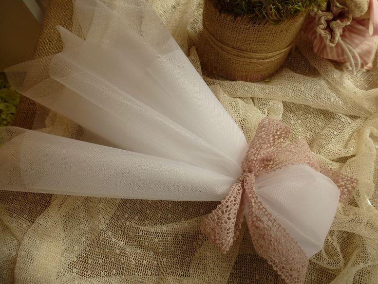 Μπομπονιέρα γάμου με τούλια και φιόγκο απο δαντέλα στο αγαπημένο old pink χρώμα!