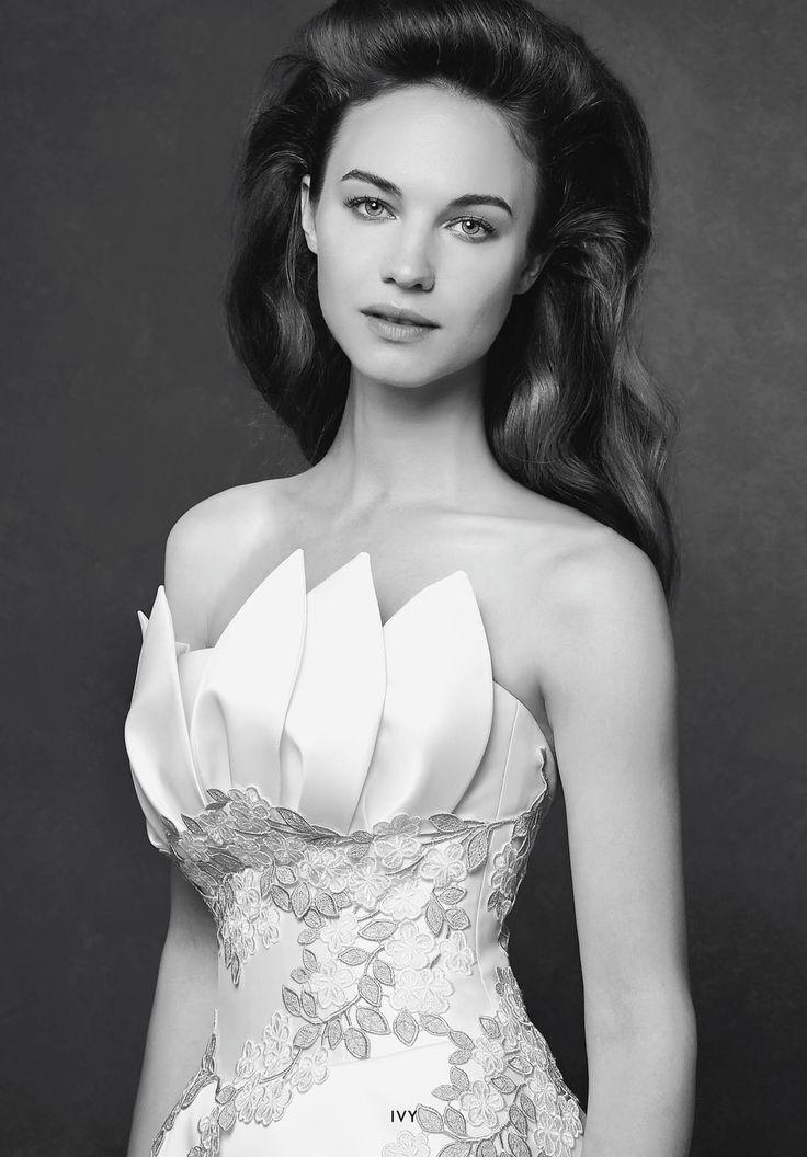 Collezione Signature 2015 - Elisabetta Polignano: Abito da sposa bianco con decori oro e petali sul top #wedding #weddingdress #weddinggown #abitodasposa