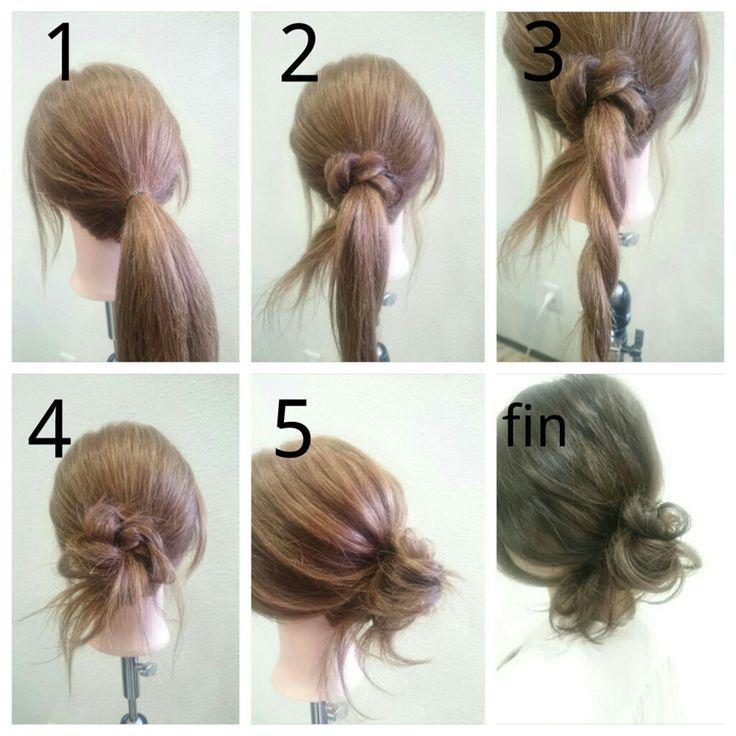 ローメッシーバンの作り方♡   中川 武    低い位置でのメッシーバンはこう作る!  基本のお団子とほとんど同じなので、 ぜひこのやり方を覚えましょう!     *やり方*  1:お団子を作りたい位置で1つに結びます。  2:毛束を2つに分け、片方を結び目に巻きつけます。  3:残った髪をロープ編みします。  4:手順3の毛束を同じように巻きつけます。  5:ピンなどで固定して、全体をほぐしたら完成!