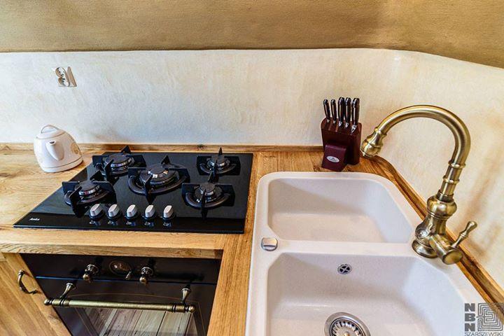 http://budujnaturalnie.pl/ wykończenie ściany w obrębie blatu kuchennego: Tadelakt Materiał: http://www.dom-z-natury.pl/tynk_tadelakt.html