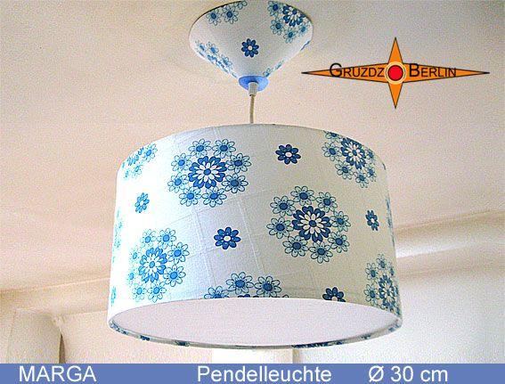 Wie zarte Blüten auf feinem Porzellan: Die Pendelleuchte MARGA Ø 30 cm, mit passendem Baldachin und Diffusor ist aus originalem Retrostoff; weiß blau mit zarten Blüten im Landhausstil. Sehr, sehr schön.