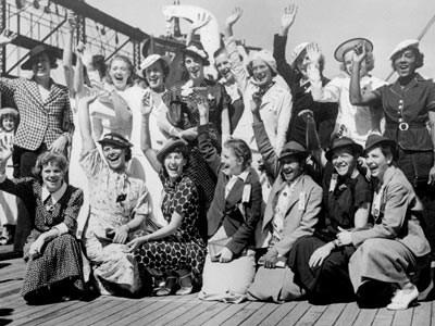 Las velocistas estadounidenses Louise Stokes, de Massachusetts, y Tidye Pickett, de Illinois, fueron las primeras mujeres negras en representar a su país en los Juegos Olímpicos. Después de las dificultades que tuvieron en 1932, año en el que clasificaron para los Juegos Olímpicos en la carrera de relevos de 400 metros, pero fueron víctimas de la segregación racial y no las eligieron para competir en los juegos de Los Ángeles, ambas mujeres volvieron a clasificarse