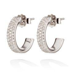 60€ Τα ασημένια σκουλαρίκια από τη συλλογή  Fashionably Silver είναι υπέροχα διακοσμημένα με αστραφτερές κρυστάλλινες  πέτρες πρσφέροντας έτσι ένα τέλειο αποτέλεσμα από το πρωί μέχρι το  βράδυ.