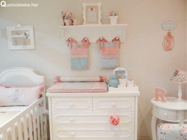 Quarto de bebê completo com enxoval rosa e azul com tecido floral, passarinhos e gaiolas. Nessa foto o trocador do bebê juntamente com o porta fraldas seguindo a mesmo  decoração.