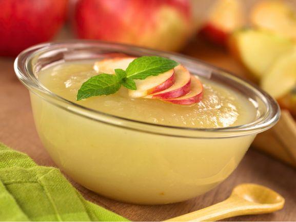 Apfelmus – ein Klassiker. Er schmeckt zu süßen Mehlspeisen wie Kaiserschmarrn oder Pfannkuchen, zu herzhaften Kartoffelpuffern oder auch mal einfach so als Nachtisch. www.fuersie.de/kochen/rezeptideen/artikel/apfelmus-einkochen-anleitung-und-rezept