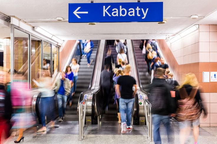 Każdego dnia warszawskim metrem podróżuje ponad pół miliona osób. Oznacza to, że na 21 stacjach kłębi się więcej osób, niż wynosi liczba mieszkańców Lublina, Szczecina czy Gdańska.