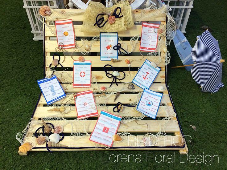 Tableau de Mariage stile marino: sdraia con reti da pescatore, conchiglie e cartoncini a tema. Ocean style.