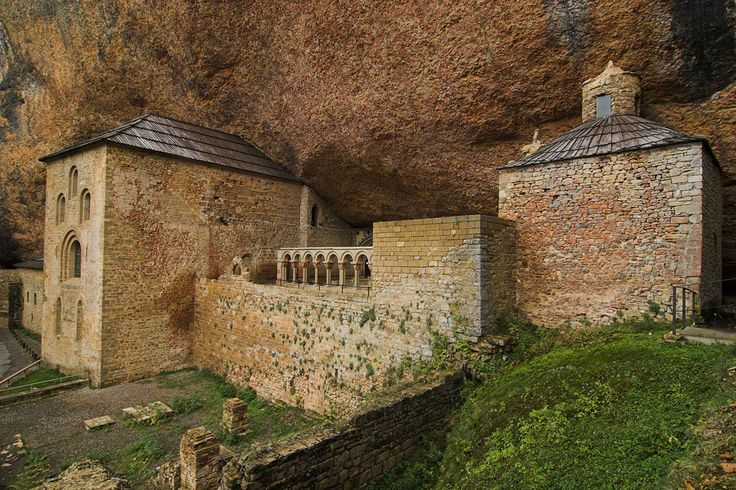 El monasterio de San Juan de la Peña (en aragonés Sant Chuan d'a Penya), situado en Santa Cruz de la Serós, al suroeste de Jaca, Huesca, Aragón (España), fue el monasterio más importante de Aragón en la alta Edad Media. En su Panteón Real fueron enterrados un buen número de reyes de Aragón. Forma parte del camino aragonés del Camino de Santiago. Su enclave es extremadamente singular.