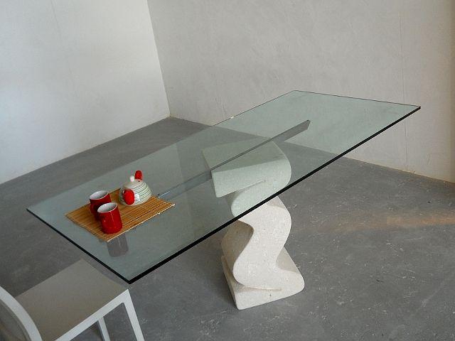 tavolo in cristallo con basamento in pietra scolpita, lavorazione artistica 100% made in Italy