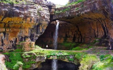 Ak sa nejakým nedopatrením dostanete na dovolenku do Libanonu, okrem nepriestrelnej vesty si pribaľte aj mapu k vápencovej jaskyni The Baatara Gorge Waterfall v Tannourine.