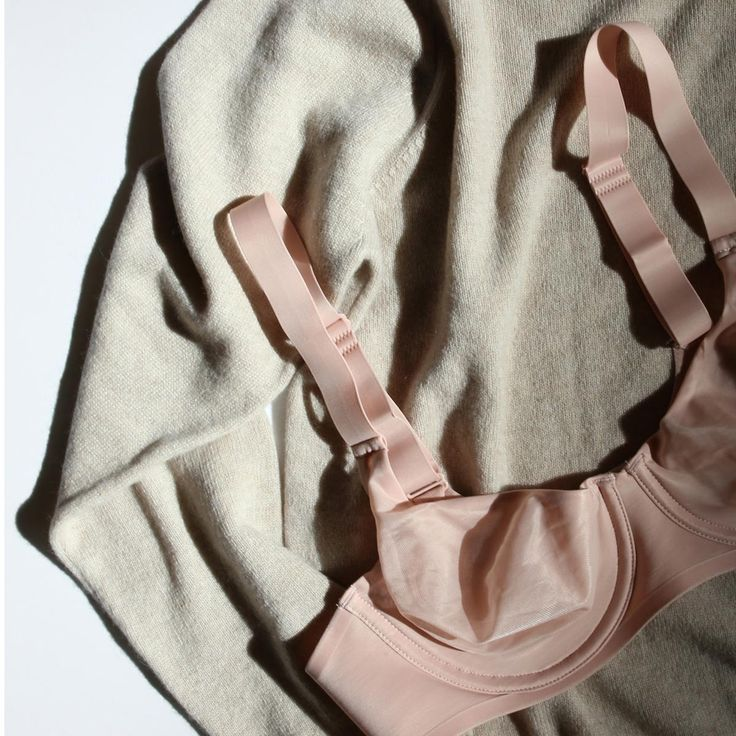 Arela cashmere sweater & Wolford bra in Lily/Edit | Lily.fi