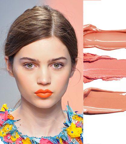Il rossetto arancio sulla pelle chiara