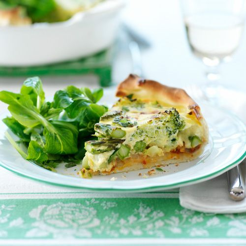 Vier de lente op je bord met deze groene voorjaarstaart. Het yoghurtmengsel maakt de taart van filodeeg helemaal af.    1. Verwarm de ovenvoor op 200 ºC (hetelucht 180 ºC).  2.Maak degroenten schoonen snijd ze in...