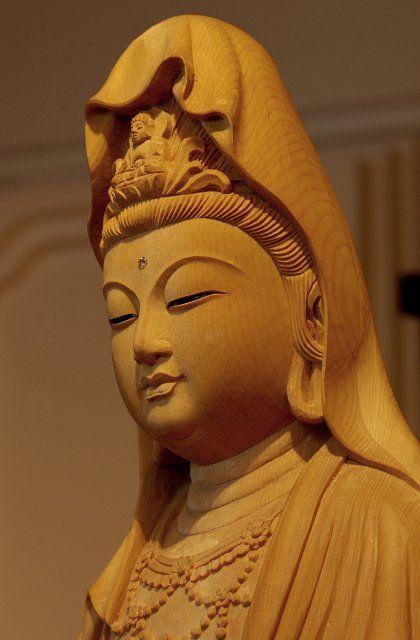 白衣観音像(びゃくえかんのんぞう) 観音菩薩のかぎりない慈悲の心は白処に住むとするところから,白処尊菩薩とも呼ばれて信仰されてきた。過去の儀軌にとらわれることなく,三十三身に変化して一切の苦悩を消散せしめ,不吉を転じて吉祥となす。