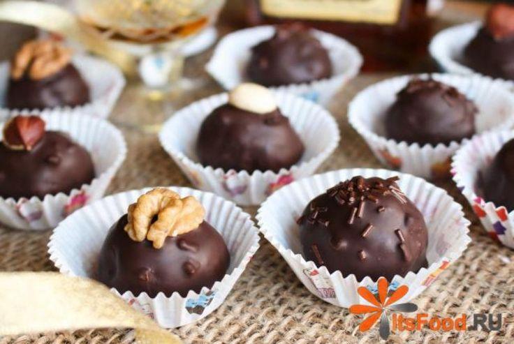 Конфеты домашней работы - это очень просто! Этот рецепт конфет можно бесконечно варьировать, к примеру вместо коньяка использовать ром или ликер, вместо миндаля - любые орехи, можно добавить какао, тогда начинка будет темной, а для глазури вместо черного, можно использовать белый шоколад, вместо бисквитного печенья - шоколадный бисквит или песочное печенье. При формировании конфет можно в каждый шарик вложить по орешку и т.д и т.д - здесь главное фантазия и хорошее настроение!