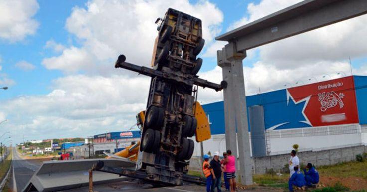 Caminhão guindaste vira durante instalação de viga na BR-324; fotos