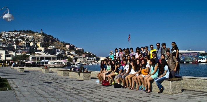 Antalya Büyükşehir Belediyesi, Kaş İlçesi'nde not ortalamaları ve sınav sonuçlarıyla istedikleri liselere yerleşmeye hak kazanan başarılı öğrencileri iki günlük İzmir- Aydın gezisiyle ödüllendirdi.