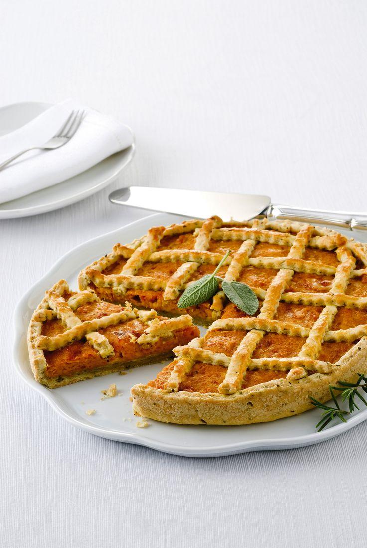 Scopri come portare in tavola la crostata salata di zucca, una torta salata semplice e sfiziosa, perfetta per un gustoso menu vegetariano.