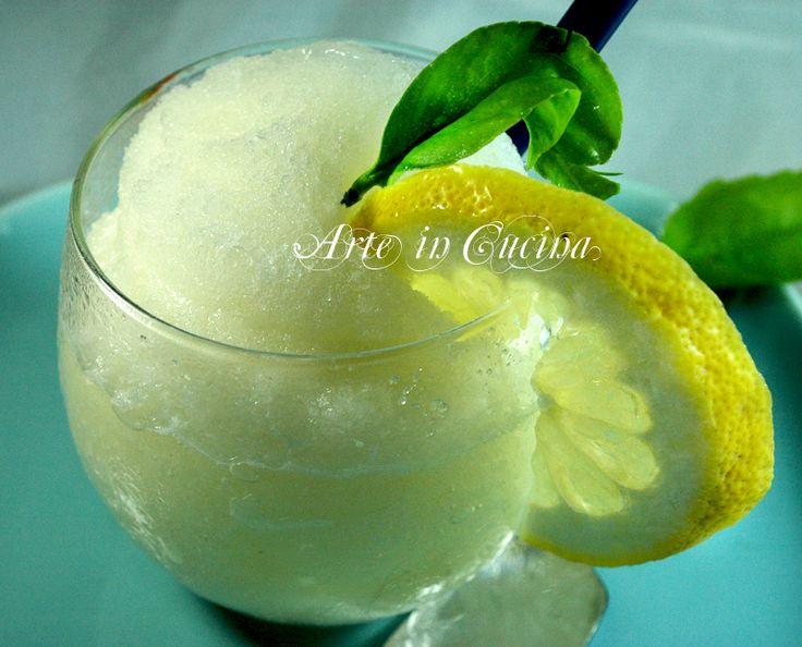 Granita siciliana, dessert fresco facile e veloce, ricetta perfetta per l'estate, granita al limone da servire con brioche col tuppo, ricetta economica,limone