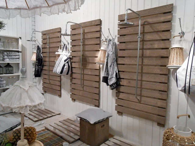Outdoor shower from upcycled pallet design garden beach for Pallet shower wall