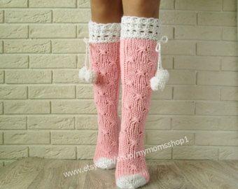 Rosa Socken. Lace stricken Socken Damen, Socken mit Pompons, Frau Beinlinge Hand stricken Socken. Wollsocken.