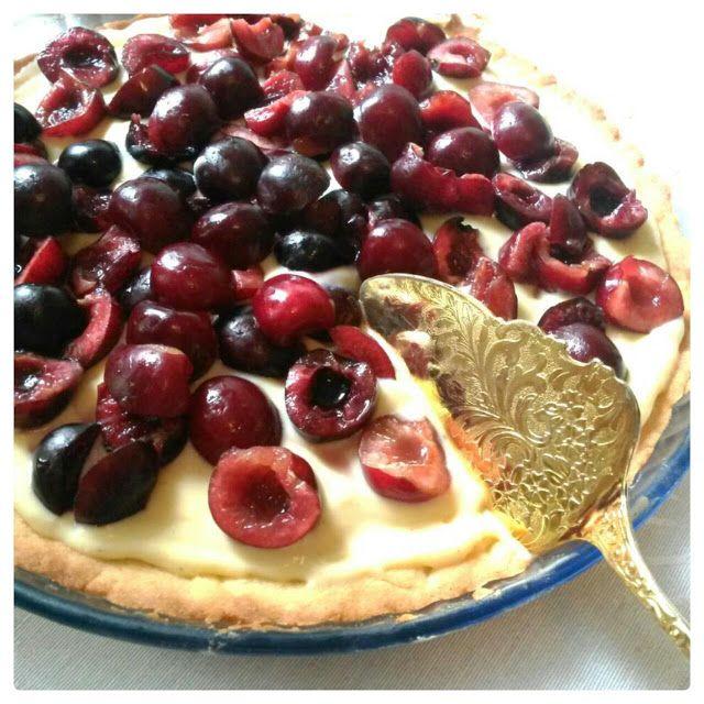 Ihana Crème Pâtissière -piirakka vie kielen menneessään. Kirsikkapiirakka vaniljapedillä.
