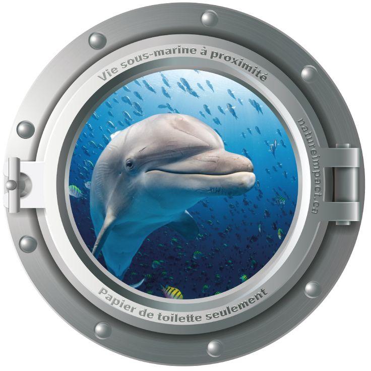 Autocollant déco pour salle de bain Hublot et dauphin 21,6 cm de diamètre (8,5 pouces)  Hublot argenté avec dauphin à l'intérieur. Il vous surprendra par son réalisme et vous donnera l'impression d'avoir un dauphin dans votre réservoir d'eau.Il fera aussi réfléchir tout utilisateur avant de jeter des déchets dans la toilette.   Fait de vinyle de qualité résistant à l'humidité et aux intempéries Fini mat, aspect de qualité évitant les reflets de lumière