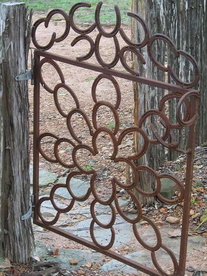 Garden gate made out of old horseshoes.: Horse Shoes, Hors Shoes, Gardens Gates,  Fireguard, Horses Shoes, Horseshoes Art, Horseshoes Crafts, Fire Screens, Horseshoes Gates