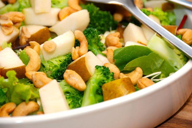 Opskrift på lækker pæresalat. Pæresalaten laves med både broccoli, spidskål, økologiske pærer, en grøn salat og cashewnødder. Til pæresalat med broccoli skal du bruge (til fire personer): 50 gram b…