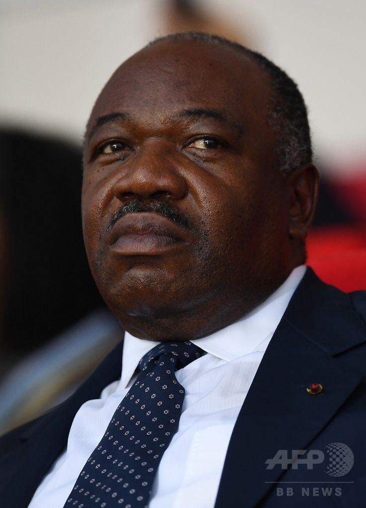 ガボンの首都リーブルビル Libreville のスタジアムで、サッカーの試合を観戦するアリ・ボンゴ・オンディンバ大統領 Ali Bongo Ondimba 。(2017年2月5日撮影、資料写真Files)。(c)AFP/GABRIEL BOUYS ▼11Jun2017AFP|「大統領が死亡」 ニュース読み間違えキャスターが停職に、ガボン http://www.afpbb.com/articles/-/3131622