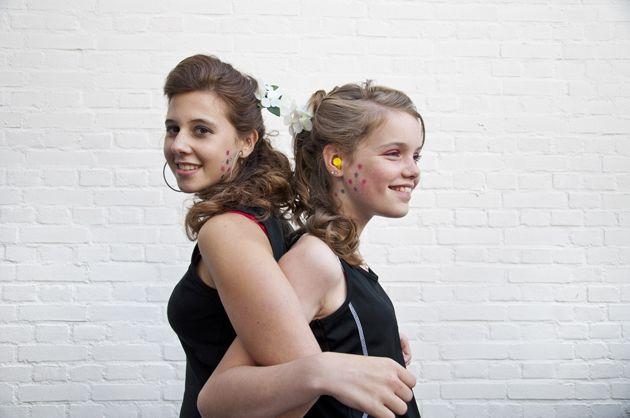 2 vriendinnen. De een draagt hoortoestellen, de ander gehoorbescherming. Ze geven hun sterren een echte V.I.E. behandeling. Very Important Ears krijgen wat ze nodig hebben - Petra van der Kaa