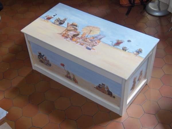 coffre bois (Ikea) décoré et peint à la main (technique du serviettage et reprise peinture pour le décor)