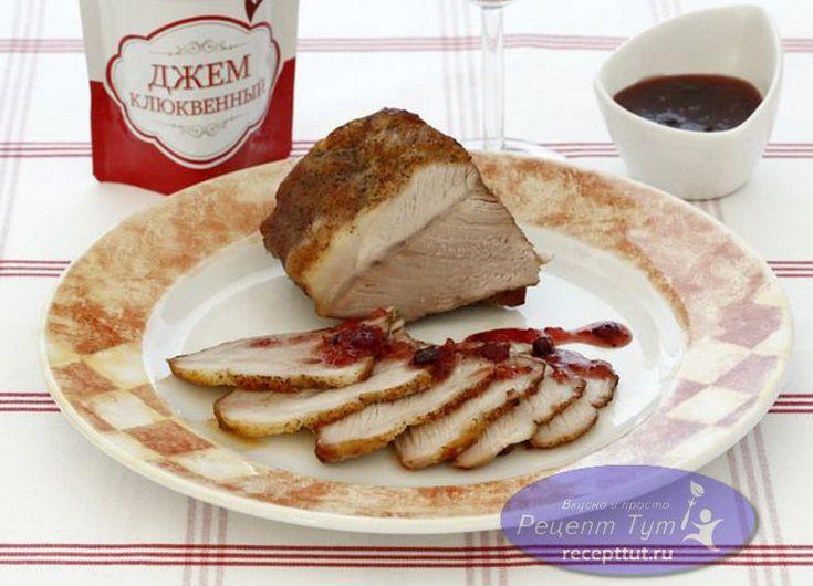 Свиная лопатка запеченная в духовке - это обалденно вкусное, мягкое и сочное мясо. Готовится довольно просто, но из-за долгого маринования общий процесс приготовления занимает очень продолжительное время. Мясо маринуется за 1 день до приготовления. К свиной лопатке, запеченной в духовке, советуем приготовить клюквенный соус, так же описанный в данном рецепте.