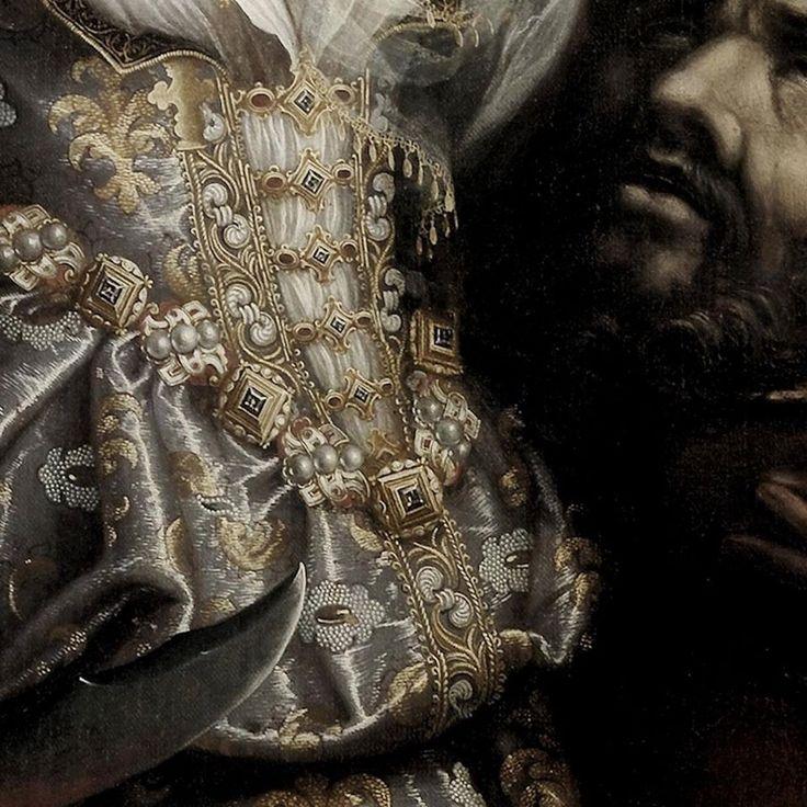 Particolari di opere 3. Fede Galizia: Giuditta con la tesata di Oloferne. Olio sutela, del 1596. Cm 122 x 90. Ringling Museum of Art, Sarasota, Florida. Un abito ricchissimo, dal meraviglioro raso operato e con gioielli che lo trattengono sul petto, oltre la grossa cintura gioiello. A destra la testa del generale decapitato, a sinstra la punta della spada che ha usato la giovane donna.