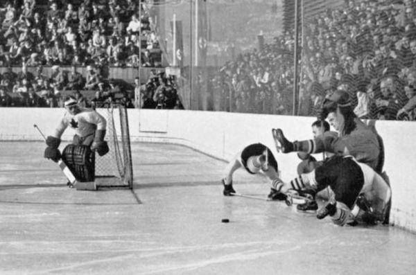Match Canada contre les États-Unis aux Jeux d'hiver de Garmisch. Tirée du livre officiel : IV Olympic Winter Games Garmisch 1936