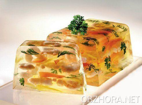 Креветки заливные Вкусная праздничная закуска Креветки (400-500 г) Рецепт: Креветки отварить, очистить от панциря, нарезать кусочками. На блюдо налить немного желе, остудить его и выложить мясо креветок. Сверху украсить кубиками, шариками, изготовленными из вареных овощей и картофеля, зеленью петрушки, кусочками лимона, снова залить желе, остудить. К заливным креветкам подать соусы: хрен с уксусом или готовый майонез.