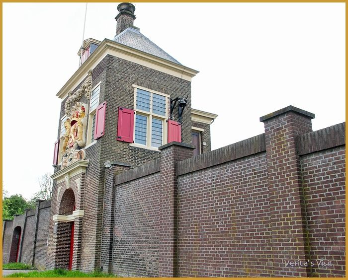 Untill 1654 gunpowder was stored in a magazine on the Paardenmarkt in the city center of Delft. Then the gunpowder explosion took place and in 1660 this building, far away from the city center was built.