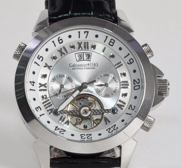 Calvaneo 1583 - Astonia Platin zwarte Russische Diamond - mannen wristwatch.  Automatisch uurwerk (CW5000) met 35 juwelen. De beweging is zichtbaar door het glas caseback.Dit horloge heeft een behuizing van rhodium-plated en een zilverkleurige wijzerplaat met 8 zwarte diamanten.Hoge kwaliteit zwart kalfsleer leerriem.Technische specificaties:Zilverkleurige wijzerplaat met 8 zwarte diamanten (11 mm) gepositioneerd tussen de markeringen voor het uur.Romeinse cijfers uur markers.Zichtbaar…