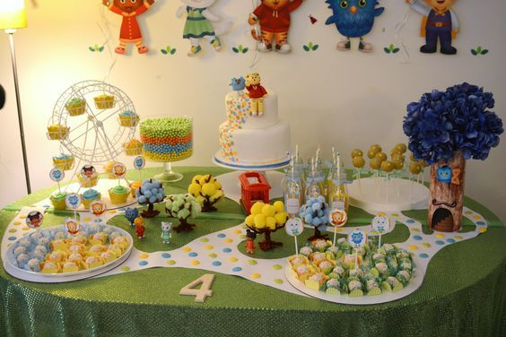 Daniel Tiger party such a cute table set up!