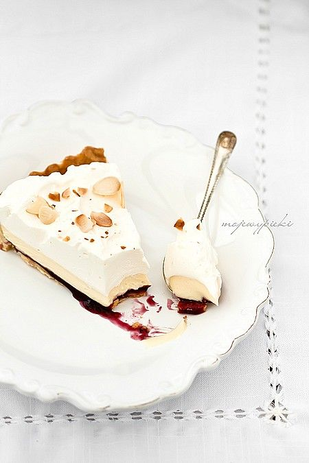 Tart with white chocolate and almonds//